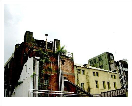 b3.興建於1919年的建國啤酒廠早建的兩棟廠房「綠樓」與「紅樓」